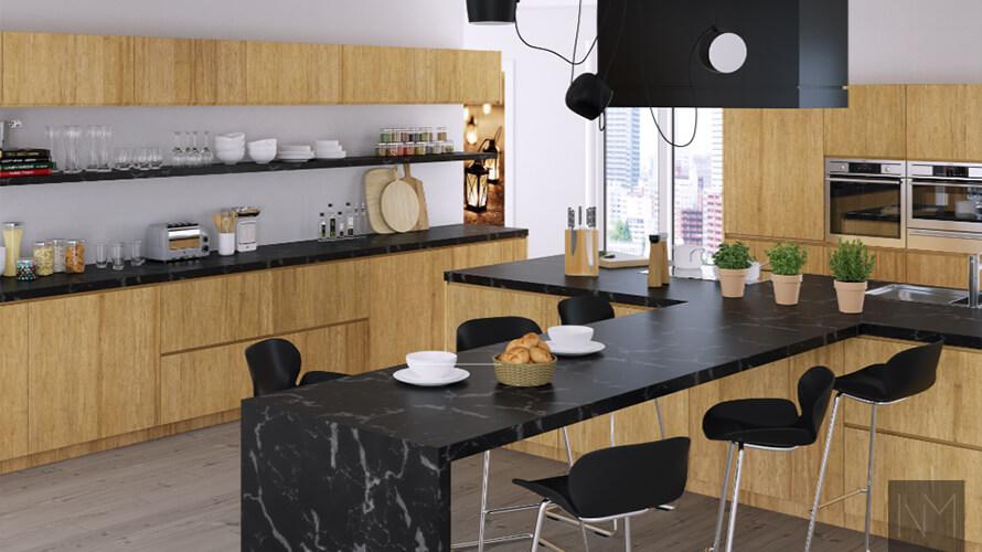Holzküche mit schwarzen Arbeitsplatten